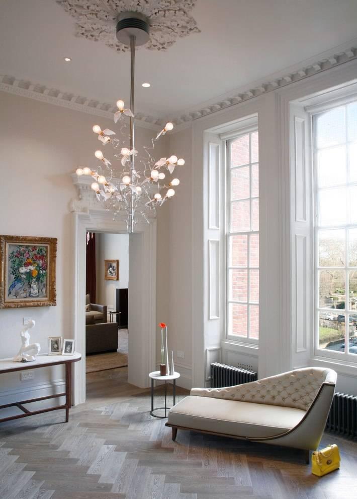 Как выбрать люстру для комнаты с высоким потолком?