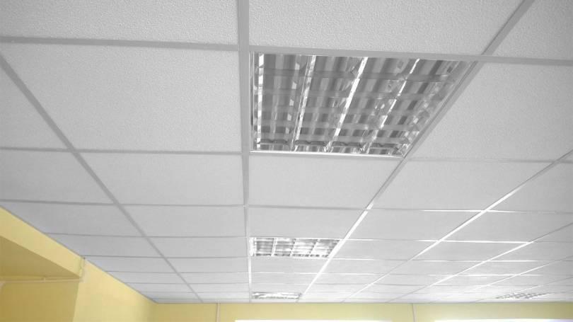 Светильники для подвесных потолков: установка светодиодных, точечных, модульных и растровых видов
