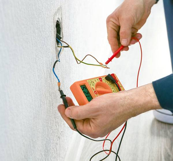 Почему розетка искрит при подключении электроприборов?