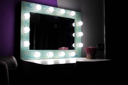 Гримерные зеркала с лампочками – изюминка интерьера