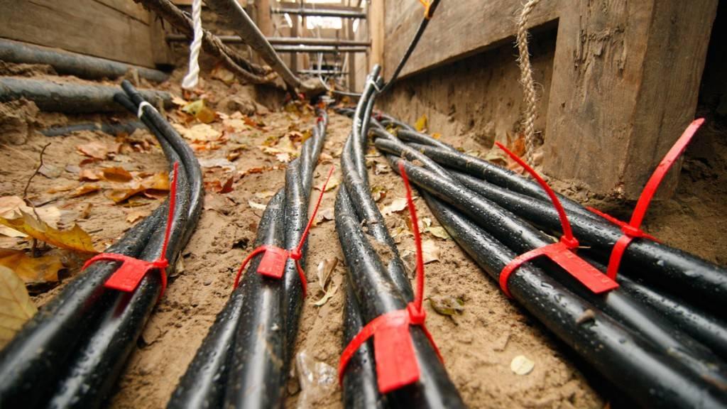 Прокладка кабеля по забору: требования пуэ и способы монтажа