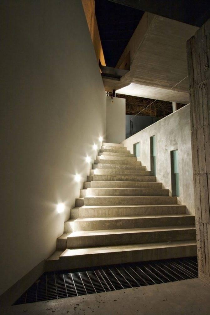 Освещение лестницы на второй этаж в частном доме: как организовать подсветку ступеней и лестничных клеток, какие настенные и встраиваемые светильники выбрать