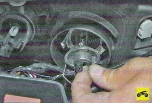 Замена ламп ближнего/дальнего света в передней фаре лада ларгус своими руками. видео как поменять лампочку ближнего света lada largus