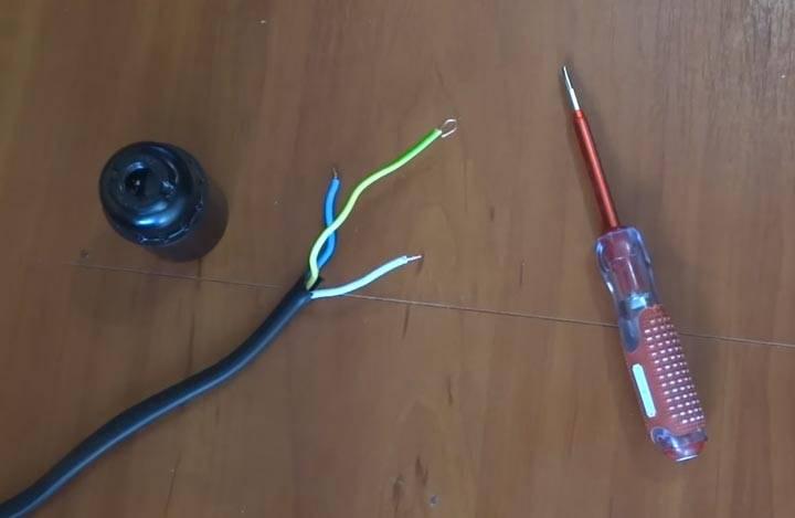 Патрон для лампочки как подключить если три провода