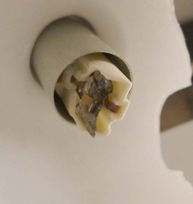 Как выкрутить лампочку если она застряла или лопнула в патроне