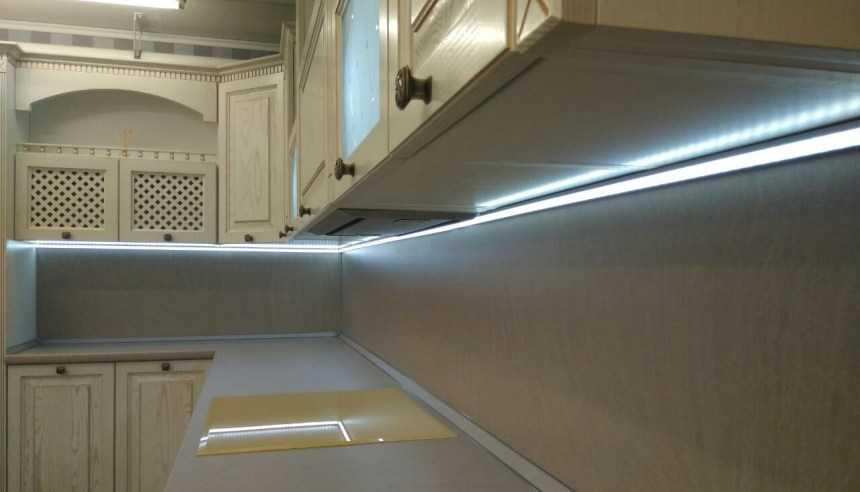 Подсветка рабочей зоны на кухне - расположение светильников над рабочей зоной. настройка освещения. особенности точечных модульных светильников. виды ламп. комбинированное освещение