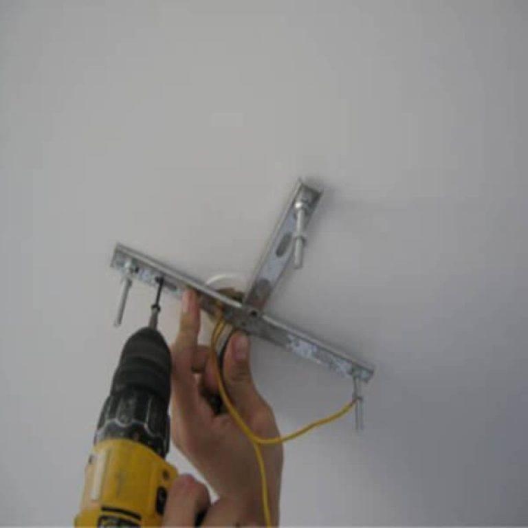 Видео-инструкция: снимаем точечный светильник с натяжного потолка