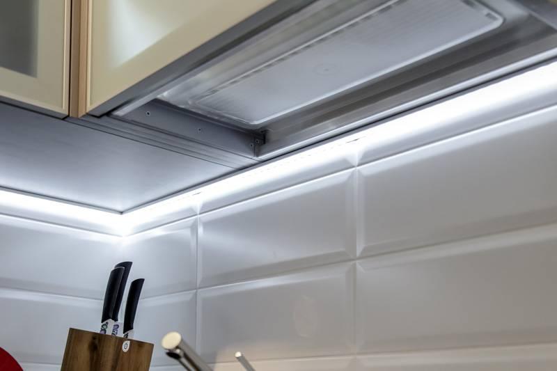 Плюсы и минусы подсветки кухонных шкафов светодиодной лентой