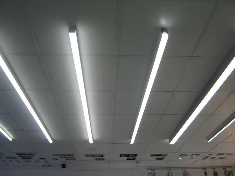2 варианта монтажа световых и парящих линий в натяжном потолке.